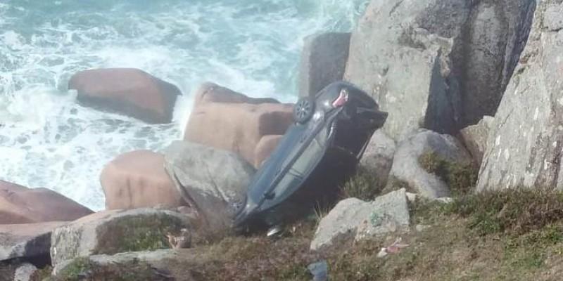 Carro cai nas pedras, na Praia do Gi, em Laguna