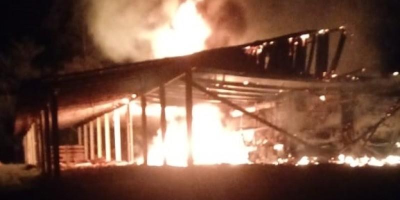 Incêndio destrói galpão com ônibus e trator dentro, em Grão  - Pará