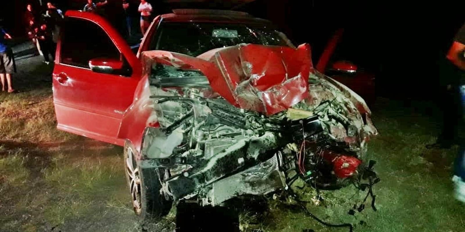 Motorista colide em poste, em Orleans