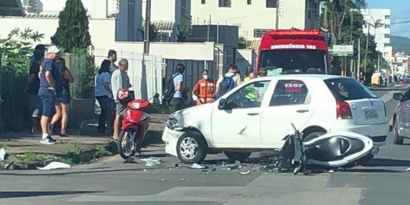 Acidente entre carro e motocicleta deixa uma pessoa ferida em Tubarão