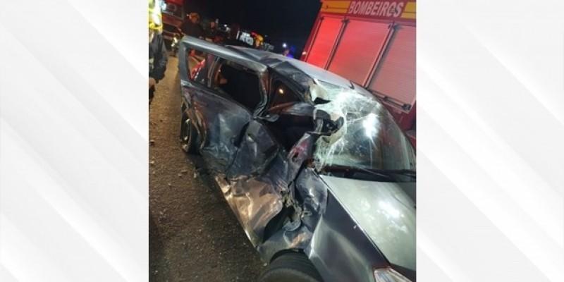 Acidente envolvendo carro e caminhão deixa duas pessoas feridas
