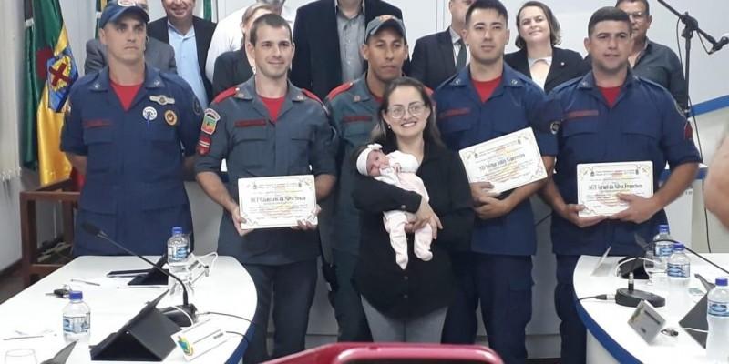 Bombeiros de Armazém são homenageados por salvar vida de bebê