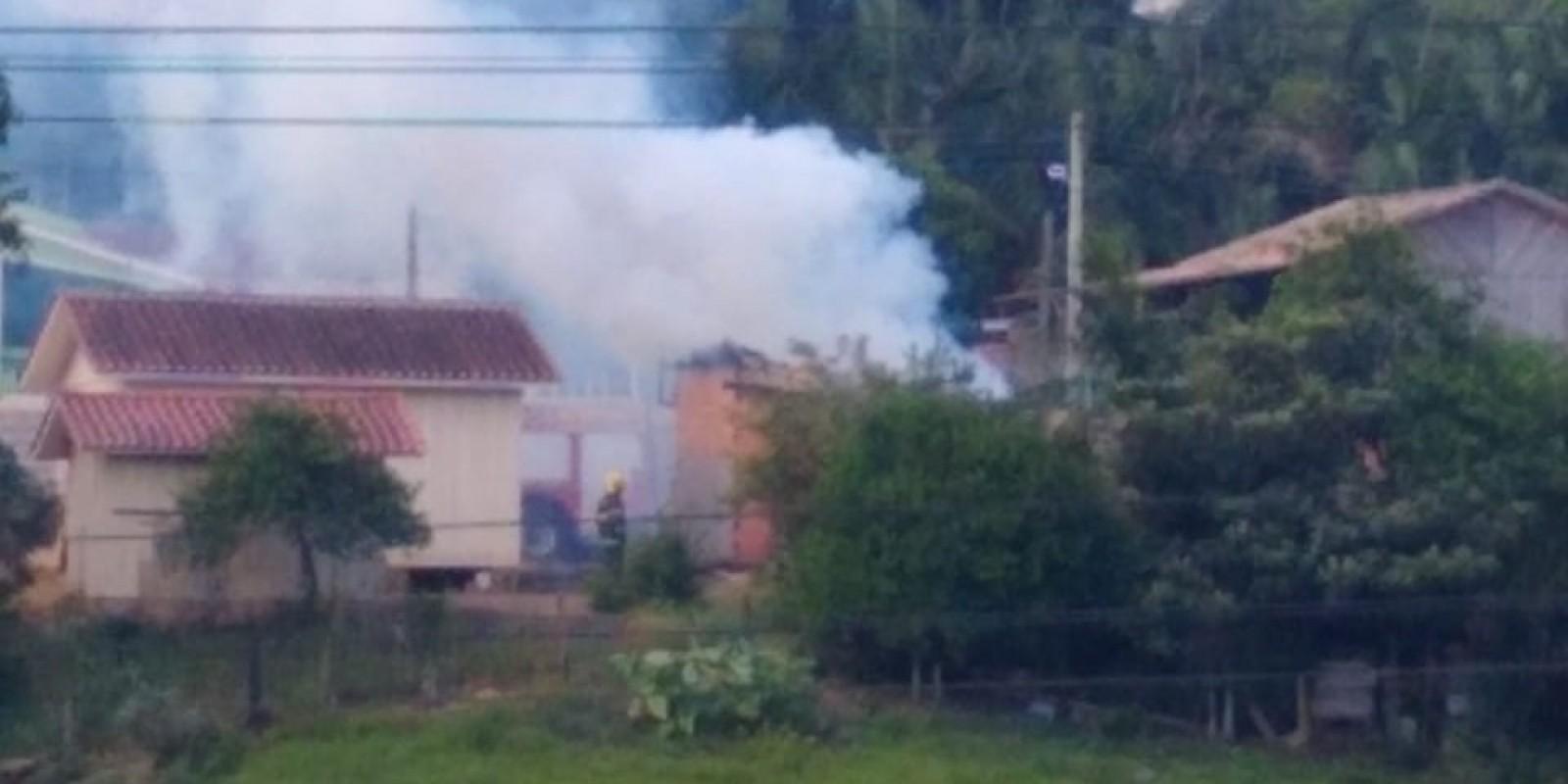 Bombeiros trabalham agora para combater incêndio no Bairro Divina Providência