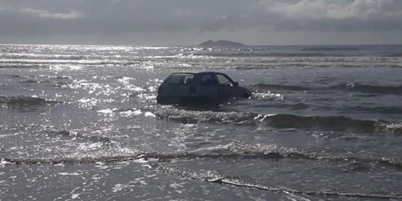 Carro é encontrado dentro do mar na Praia do Gi