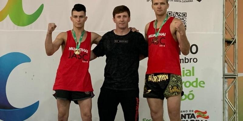 Muay Thai de São Ludgero brilha nos Jogos Abertos com ouro conquistado por Vitor Oliveira e bronze de Jeovani Feliciono