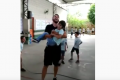 Professor pula corda com aluno cadeirante no colo e vídeo viraliza na web