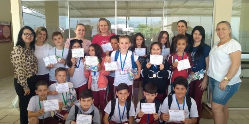 Alunos do CE Professor Henrique Buss que se destacaram na Olimpíada de Matemática receberam premiação