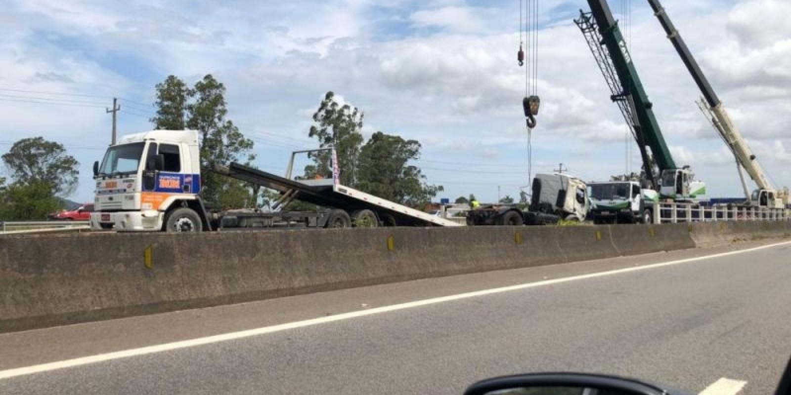 Caminhoneiro sai ileso ao cair de ponte