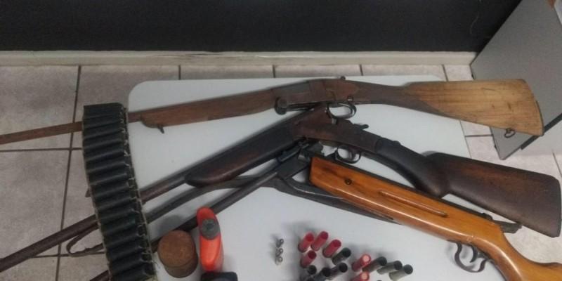 Homem foi preso em flagrante por posse irregular de arma de fogo e munições