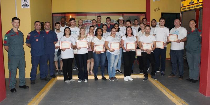 Participantes do Curso Básico de Atendimento a Emergências (CBAE) recebem certificado
