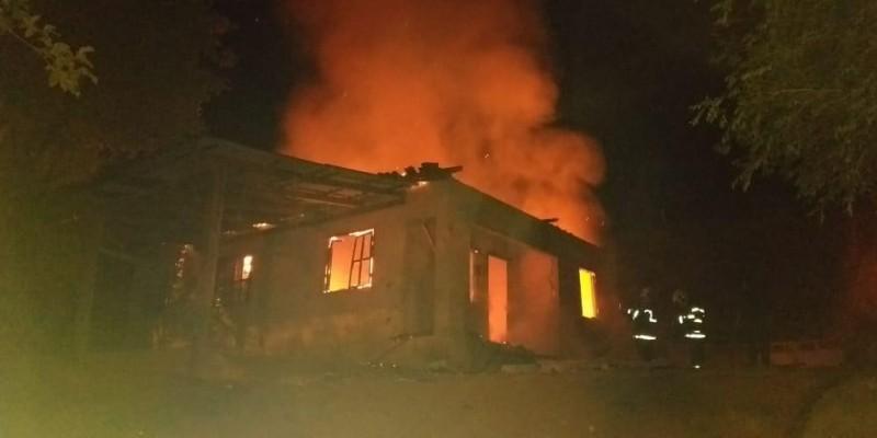 Residência é destruída por incêndio em Armazém