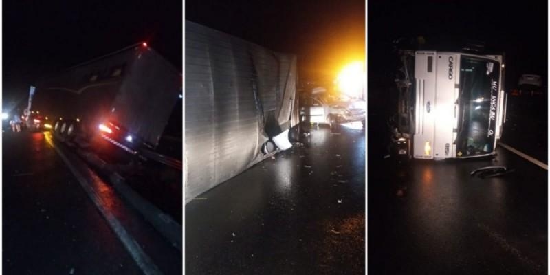 Acidente envolvendo caminhões e um veículo de passeio deixa dois feridos em Sangão