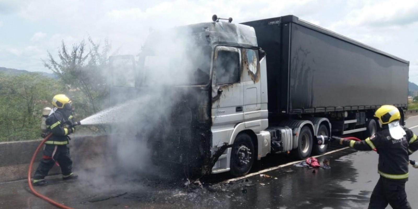 Caminhão pega fogo na BR-101 em Tubarão