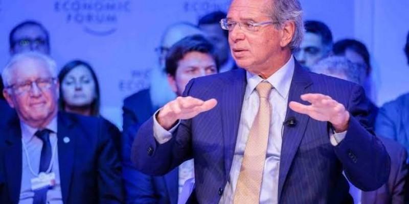 Em Davos, Guedes diz que avalia imposto sobre cigarro, álcool e produtos com açúcar