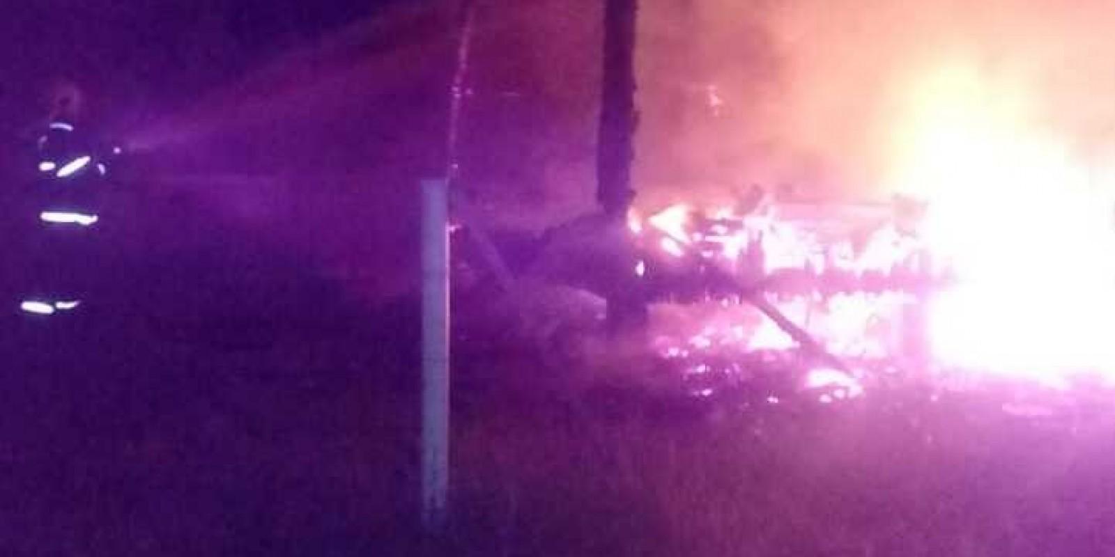 Fogo destrói casa abandonada na Galheta, em Laguna