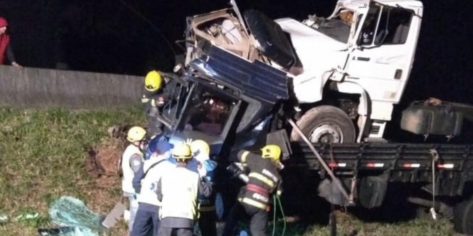 Motorista de carro fica preso nas ferragens após colidir em caminhão na BR 101 em Pescaria Brava