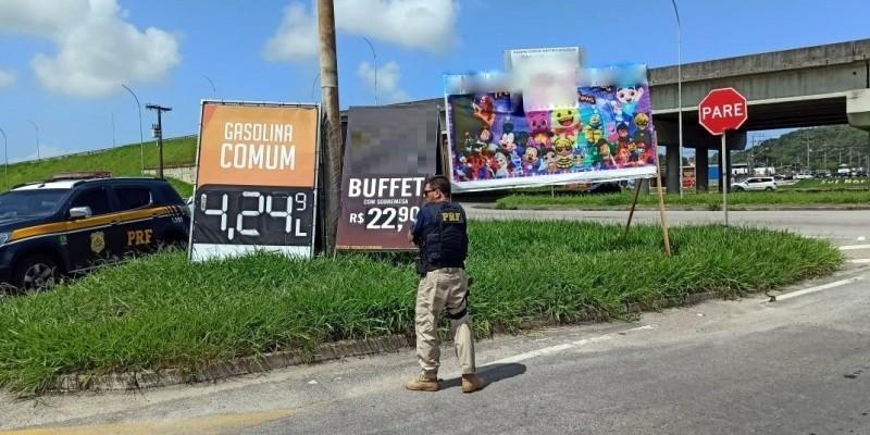 Placas que prejudicavam visualização da sinalização são retiradas na BR 101 em Imbituba