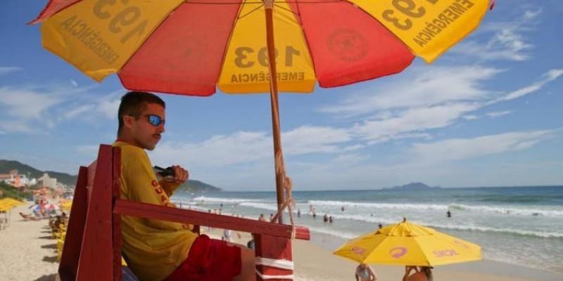 Saiba quais praias de Santa Catarina devem receber guarda-vidas o ano todo
