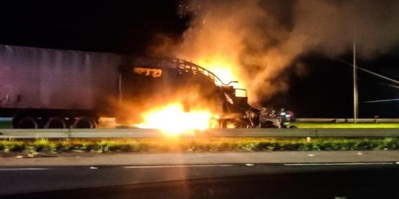 Caminhão cai em canteiro da BR-101 e pega fogo