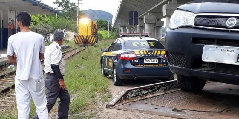 PRF remove veículo junto à linha férrea e evita colisão com trem em Laguna