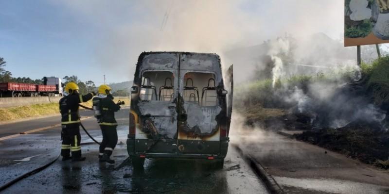 Van escolar é destruída por incêndio na BR-101