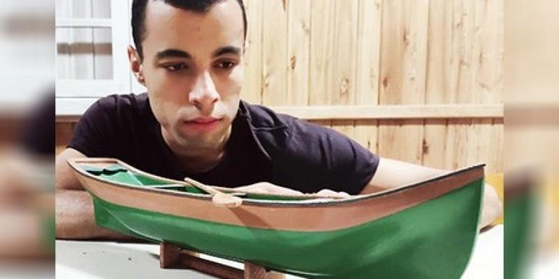 Artesão cria canoas em miniaturas