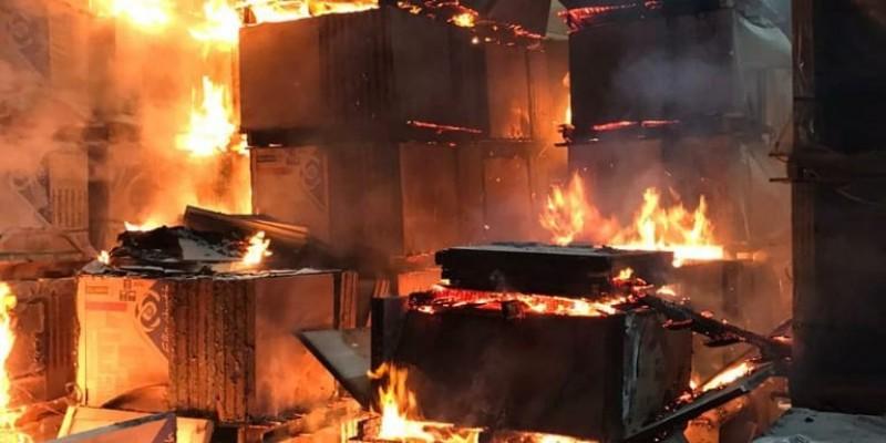 Bombeiros de Criciúma combatem incêndio na Cerâmica Elizabeth