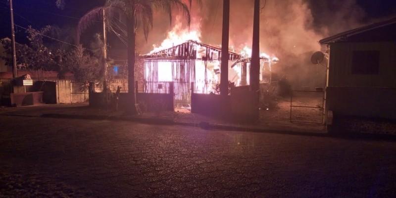 Homem morre queimado durante incêndio em residência