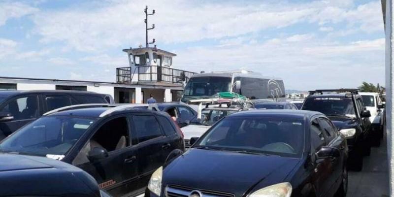Laguna: passageiros devem permanecer nos veículos durante travessia via balsa, diz decreto municipal