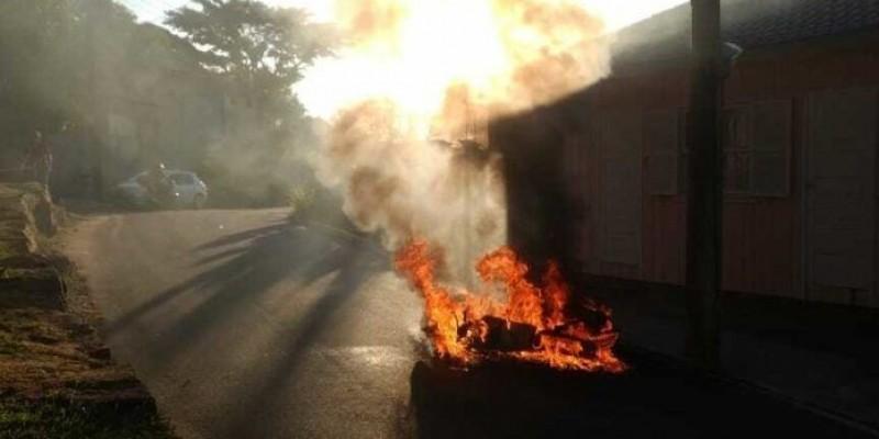 Moto pega fogo após colidir contra um poste em Laguna