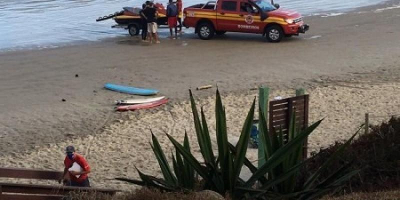 Três surfistas são resgatados na Praia da Vila, em Imbituba