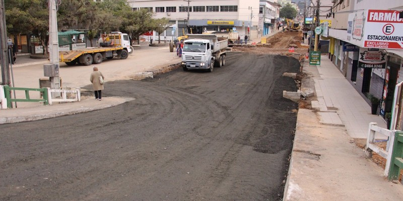 Obras de pavimentação mudam trânsito sobre ponte do Rio Tubarão, em Lauro Müller