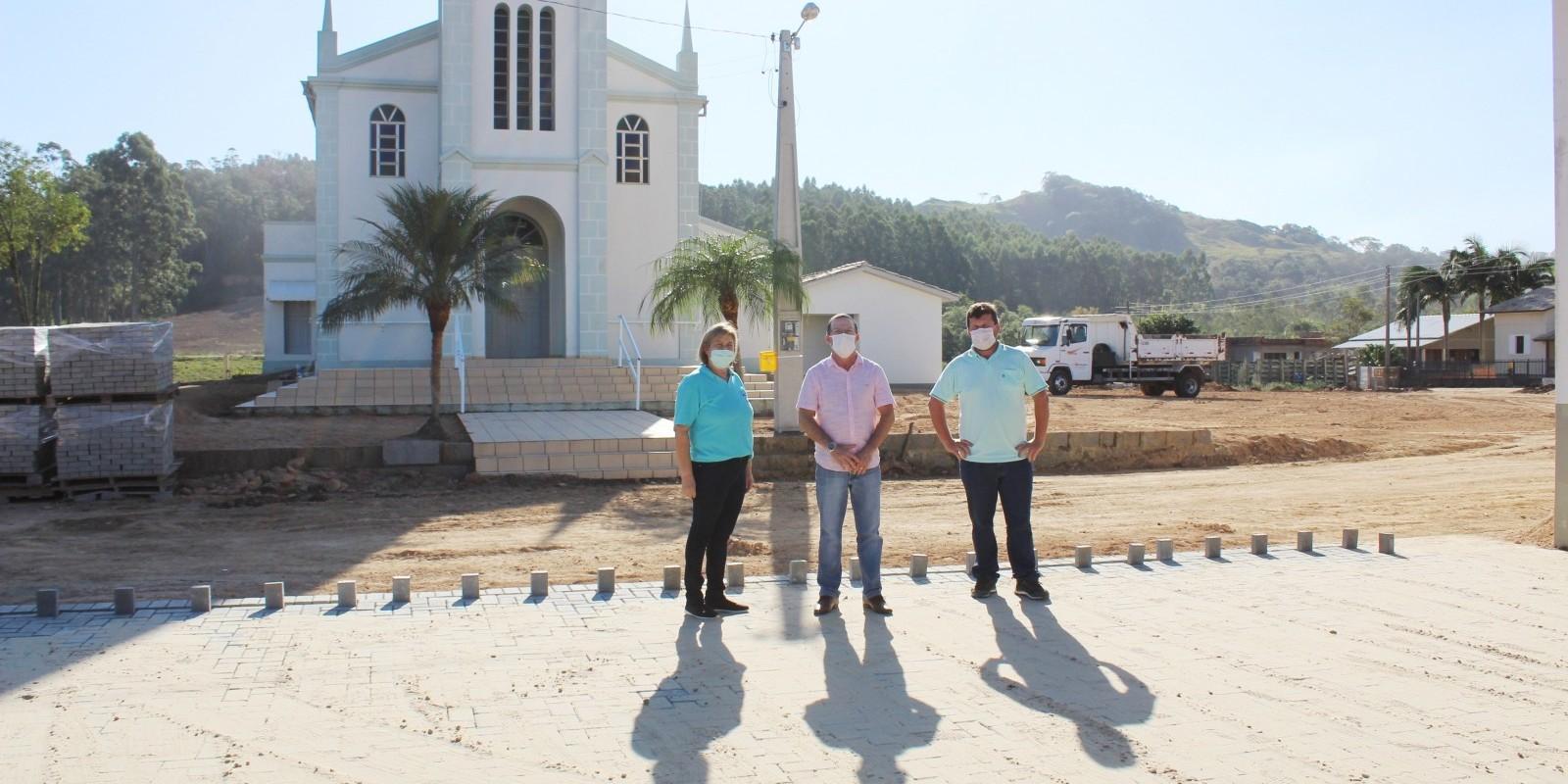Treze de Maio: Praça da igreja de Rio Vargedo está recebendo pavimentação