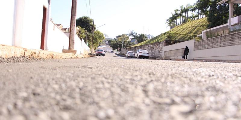 Travessa José Tancredo Filho, no Centro de Lauro Müller, recebe base para asfalto