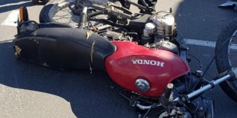 Acidente entre carro e motocicleta deixa duas pessoas feridas no Centro de Orleans