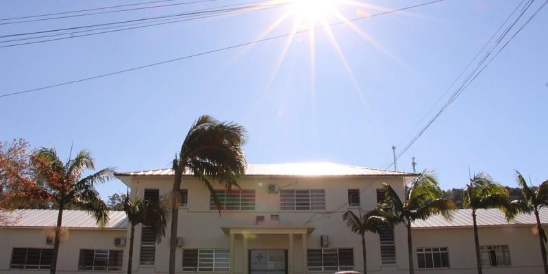 Fundação Hospitalar Henrique Lage ganha novo telhado e pintura