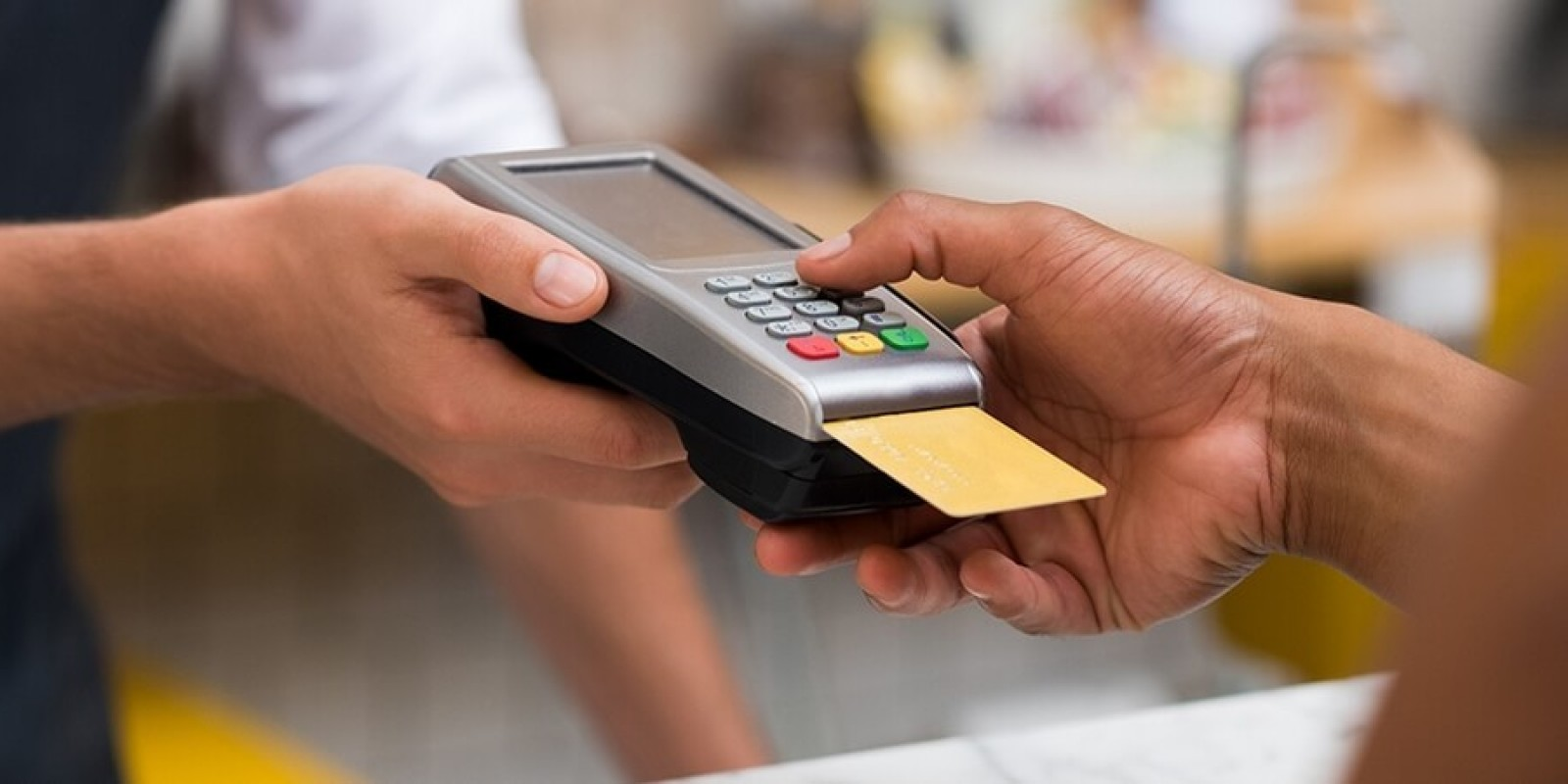 Máquinas de cartão devem ser higienizadas após uso para combater o novo coronavírus