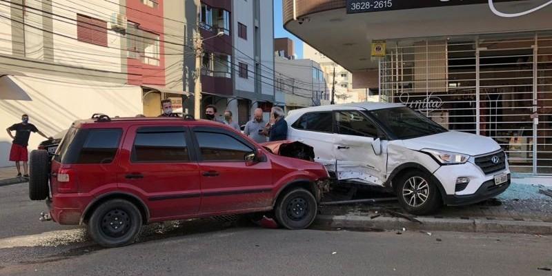 Acidente entre dois carros quebra vitrine de loja em Tubarão