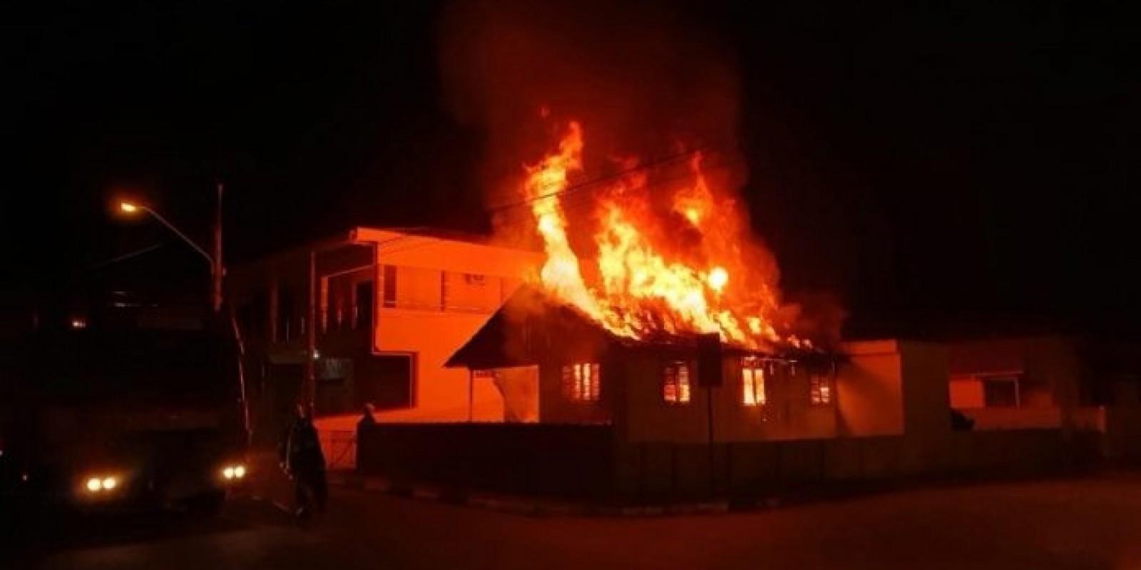 Capivari de Baixo: mulher fica ferida após incêndio em residência