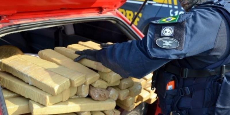 Casal é preso com quase 50 quilos de maconha na BR-101 em Imbituba