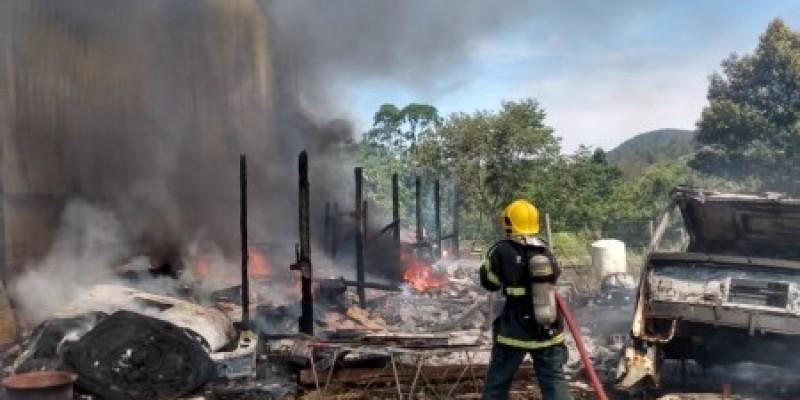 Bombeiros combatem incêndio em galpão em Tubarão