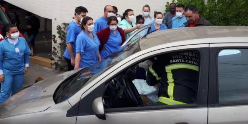 Bombeiros fazem parto na rampa de emergência em hospital de Tubarão