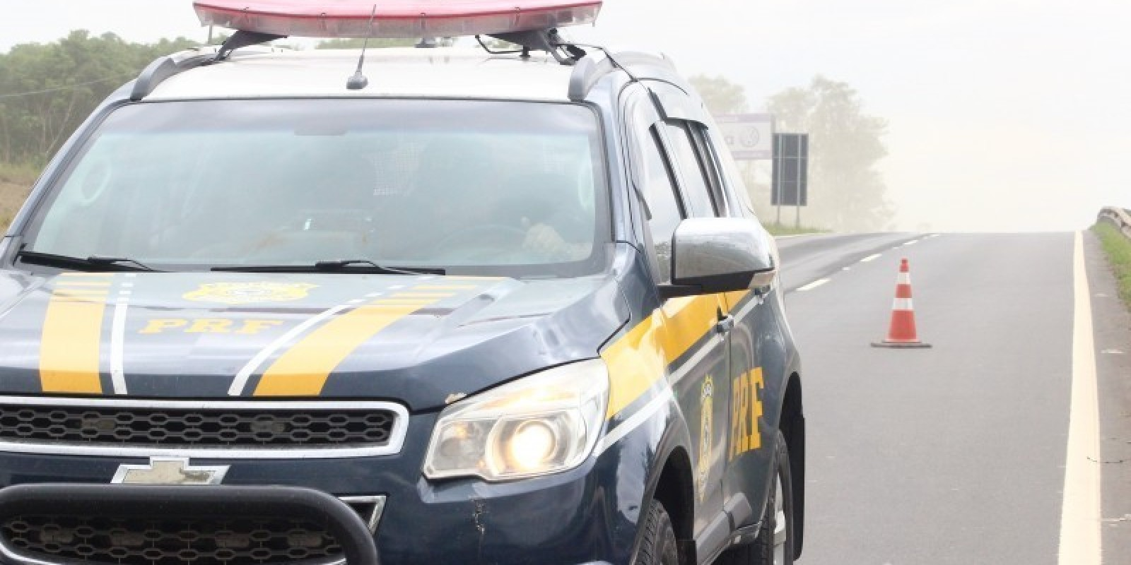 Motociclista é encaminhado ao hospital após acidente na BR-101