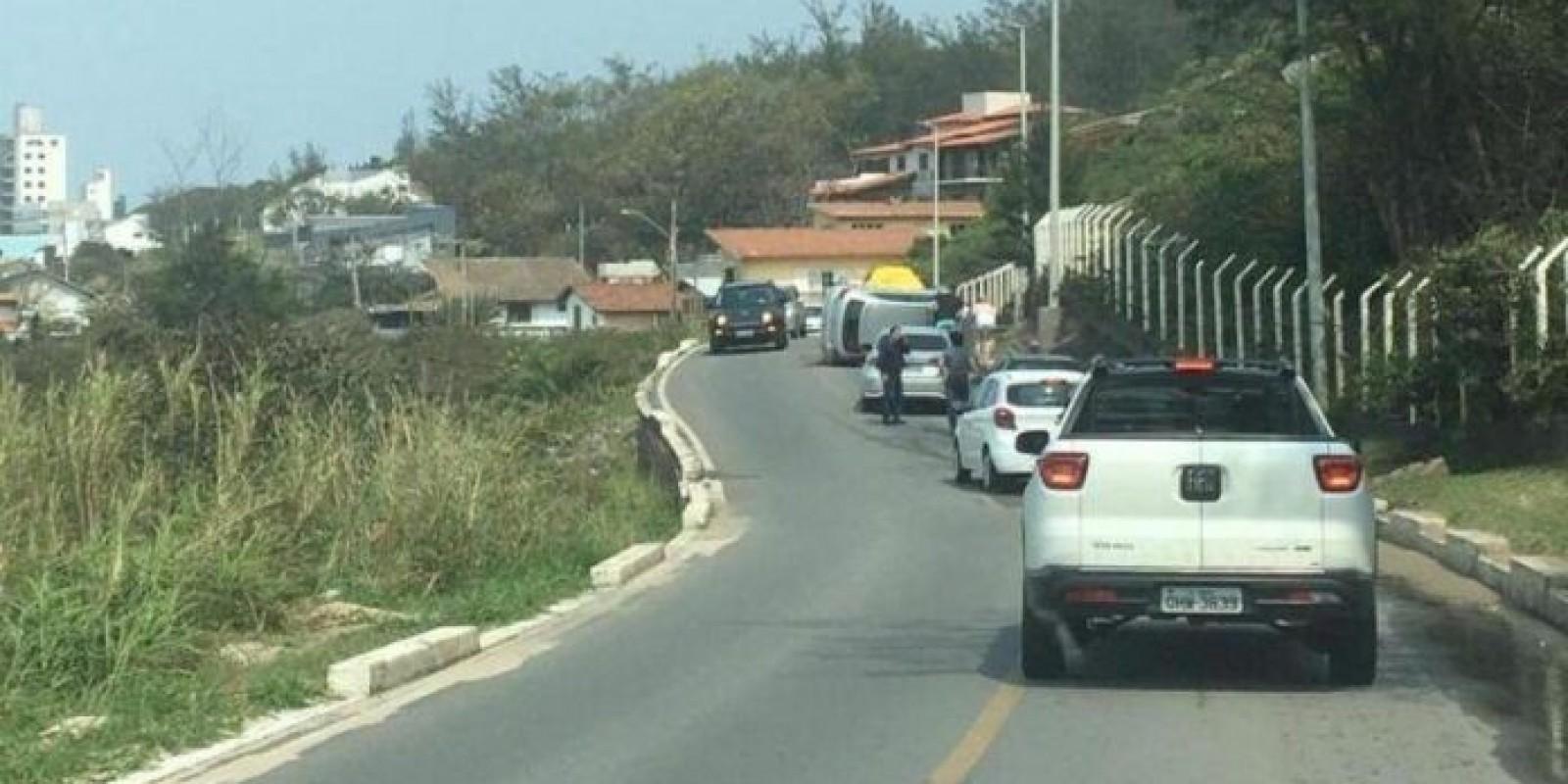 Motorista fica ferida após capotamento em Laguna