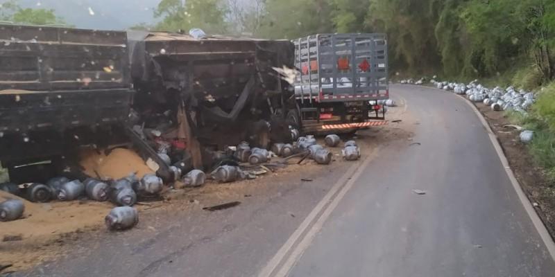 Acidente entre caminhões de gás e milho deixa um morto na serra do Goio-Ên, no RS