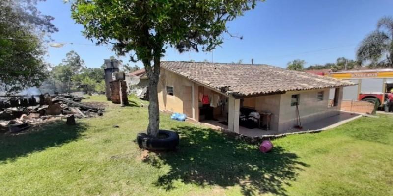 Casa é destruída por incêndio em Urussanga