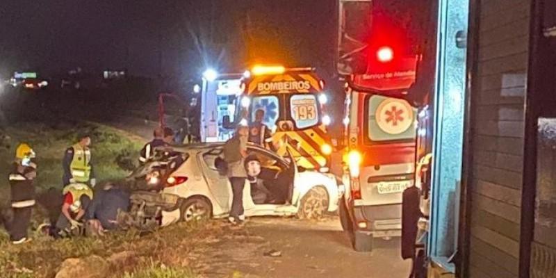 Três pessoas ficam feridas após carro sair da pista na BR-101 em Capivari de Baixo