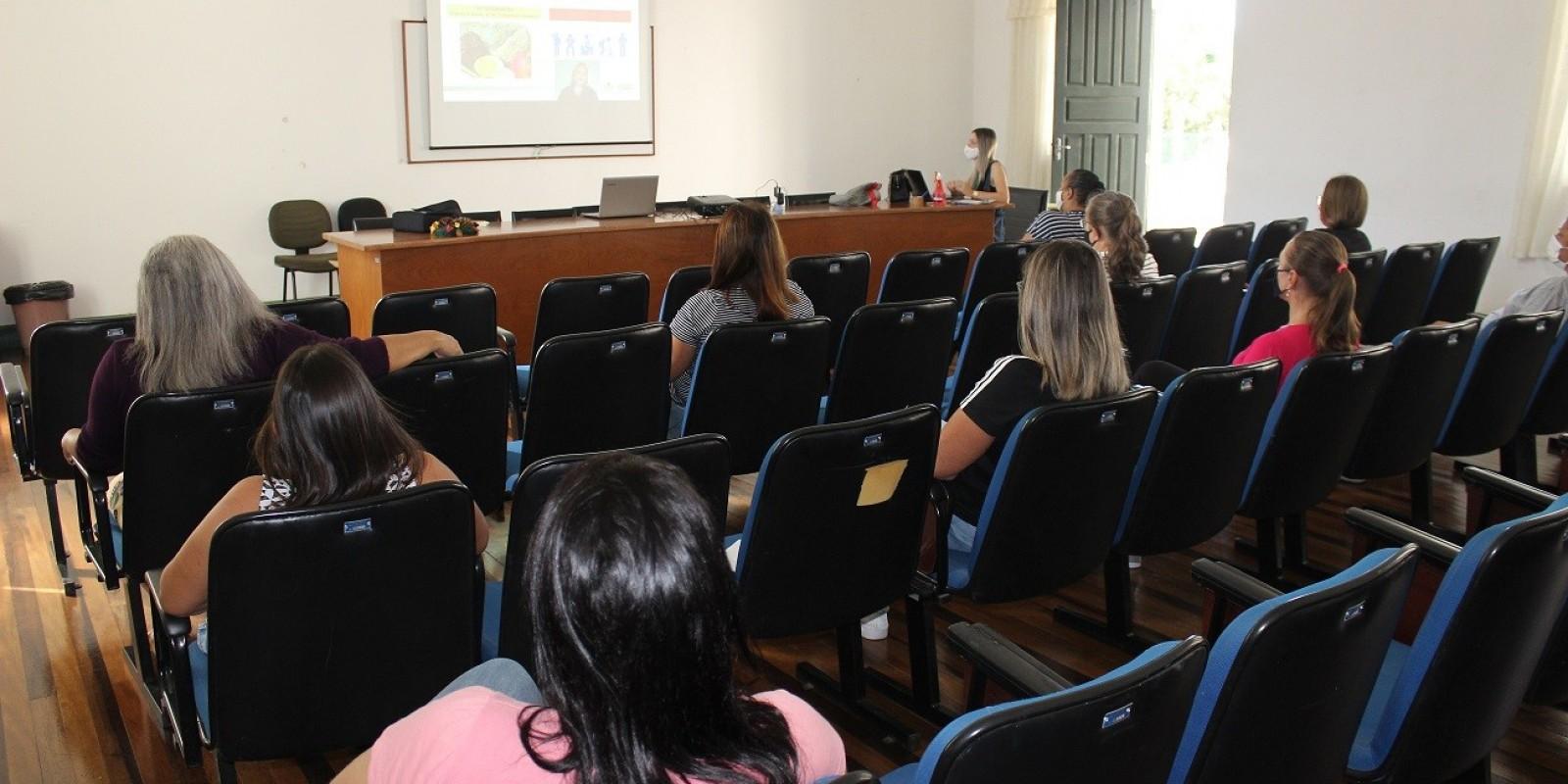 Profissionais da área educacional de São Ludgero participam de capacitação sobre boas práticas na alimentação e diretrizes sanitárias
