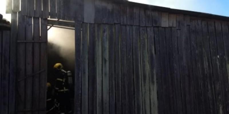 Bombeiros combatem incêndio em estufa de fumo