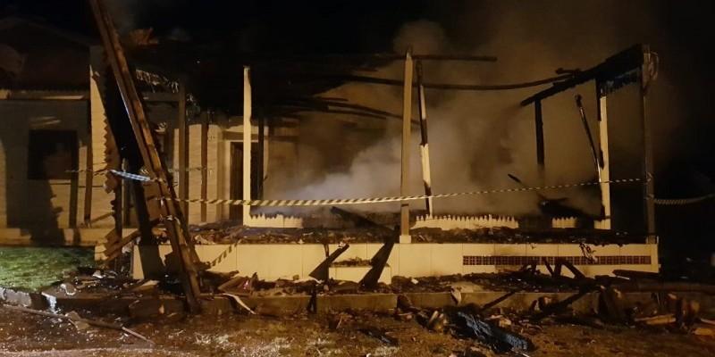 Em Urussanga, bombeiros combatem incêndio em residência